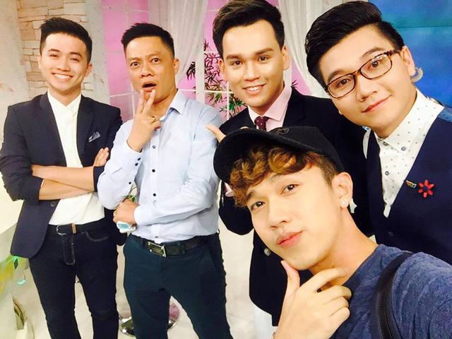 Bên cạnh đó, MC - BTV Quang Minh cũng là người có nhiều khoảnh khắc hài hước bên các đồng nghiệp và nghệ sĩ.
