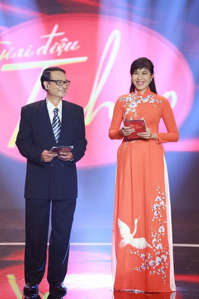 Nhà báo Phùng Huy Thịnh thay thế nhà thơ Hồng Thanh Quang làm MC chương trình. Ông cũng từng là một khách mời trong Hội đồng bình luận lớn tuổi của Giai điệu tự hào.