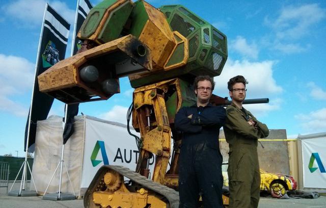 Megabot và hai người vận hành kiêm chế tạo ra cỗ máy chiến đấu này