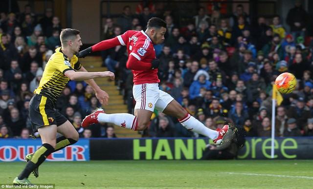 Pha bứt tốc và dứt điểm ghi bàn mở tỉ số vào lưới Watford của Memphis.
