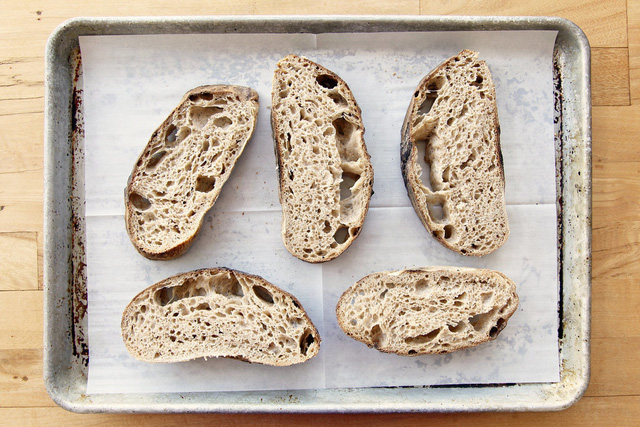 Dùng giấy đặt bên dưới giúp bánh mì tươi lâu hơn. Giấy còn có tác dụng giữ độ giòn cho các đồ rán.
