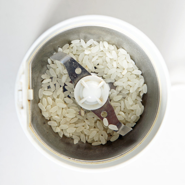 Sử dụng ít gạo để xay giúp bạn làm sạch dụng cụ xay hạt tiêu hay máy xay cà phê.