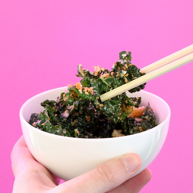 Sử dụng đũa để trộn và ăn salad dễ dàng hơn so với thìa, dĩa.