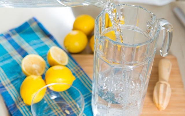Tương tự với nước chanh thông thường, nếu bỏ thêm một chút muối tinh vào cũng sẽ giúp nước chanh thơm mát hơn.