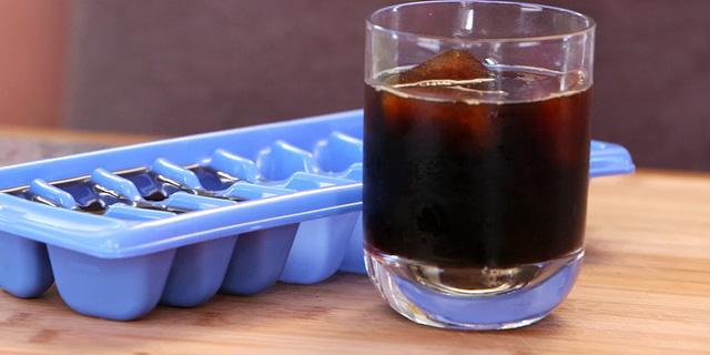 Để tránh đá viên làm loãng và nhạt cốc cà phê của mình, bạn hãy sử dụng đá cà phê, bằng cách đổ ít cà phê vào nước trong khay đá trước khi để đông.