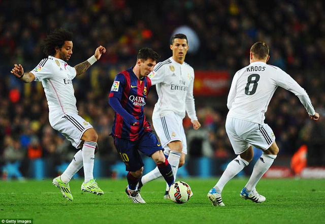 Messi tỏ ra trên chân Ronaldo trong trận El Clasico tại Camp Nou.