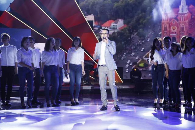 Hoàng Bách hợp ca cùng các thí sinh miền Nam trong chương trình Tuổi 20 hát 2015.