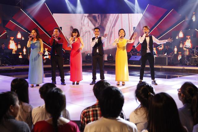 Đội thi Đại học Tài chính – Marketing TP.Hồ Chí Minh thể hiện ca khúc Hướng về Hà Nội – Hà Nội niềm tin và hy vọng.
