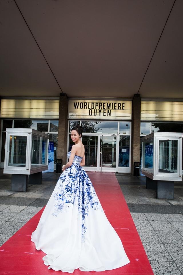 Nữ diễn viên chính của phim - Ngọc Anh với chiếc đầm dài tha thướt