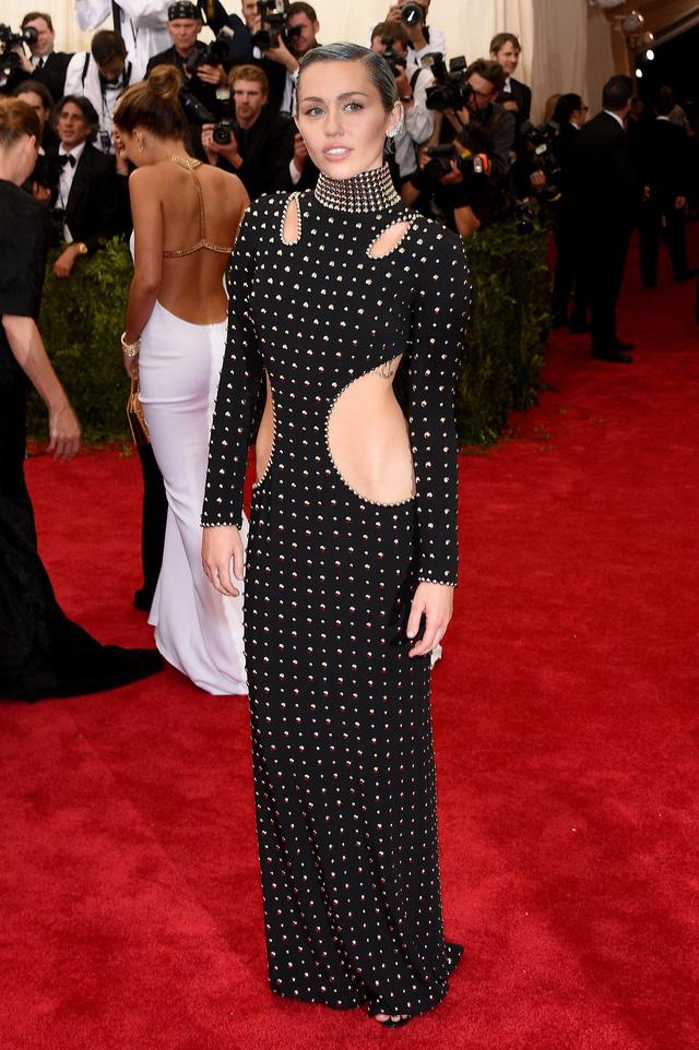Miley Cyrus khoe đường cong cơ thể trong bộ váy với những đường cut out vô cùng táo bạo