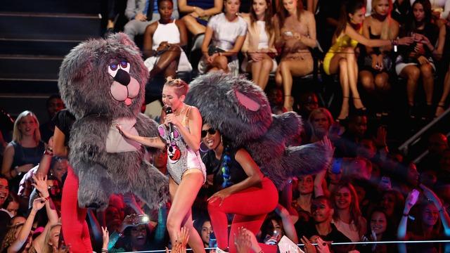 Phần trình diễn khó quên của Miley tại VMA 2013