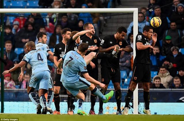 James Milner sút phạt kĩ thuật gỡ hòa 1-1 cho Man City.