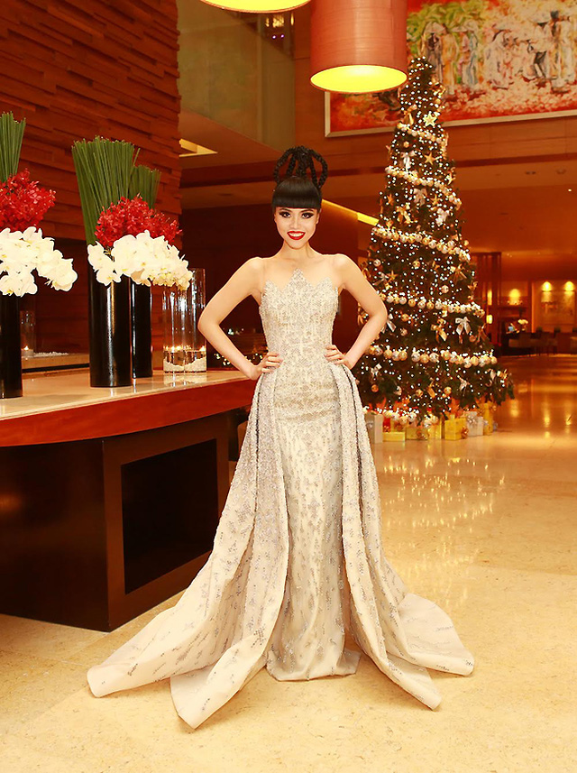 Jessica Minh Anh và chiếc váy nặng 15kg của NTK người Li Băng Rami Kadi. (Ảnh: J Model Management)