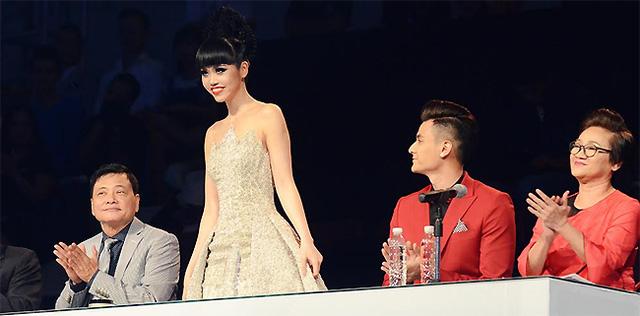 Mặc dù chiếc váy nặng tới 15kg nhưng Jessica Minh Anh trông vẫn hết sức nhẹ nhàng và tao nhã. (Ảnh: J Model Management)