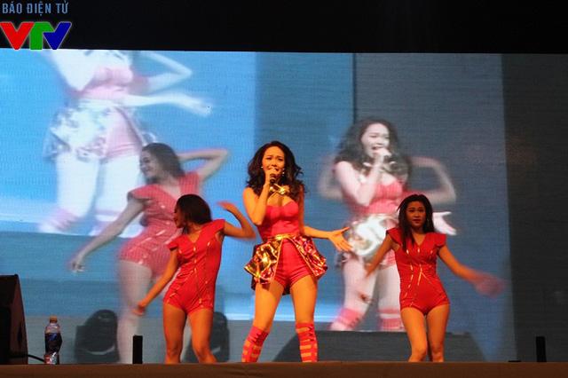 Ca sỹ Minh Hằng nổi bật trên sân khấu với những vụ đạo siêu quyến rũ.