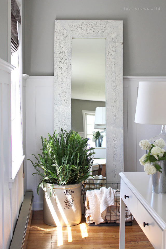 Một chiếc gương đặt tại phòng khách mà không phải là phòng ngủ như thường thấy.