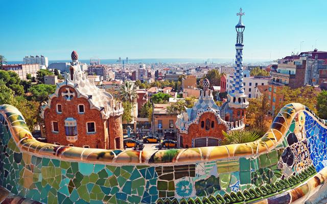 Thành phố Barcelona đẹp đẽ đầy màu sắc với kiến trúc Gaudi và cuộc sống đêm ồn ã.
