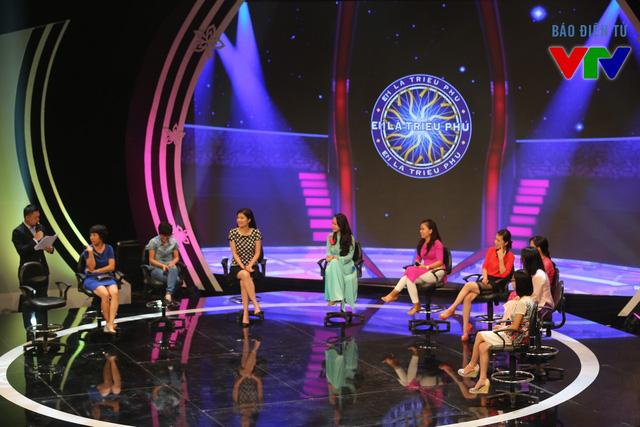 Các nữ cán bộ VTV tham gia chương trình Em là triệu phú với những câu hỏi dí dỏm về ngày 20/10.