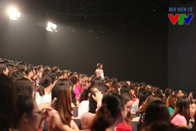 Các khán giả tham gia nhiệt tình trả lời các câu hỏi.