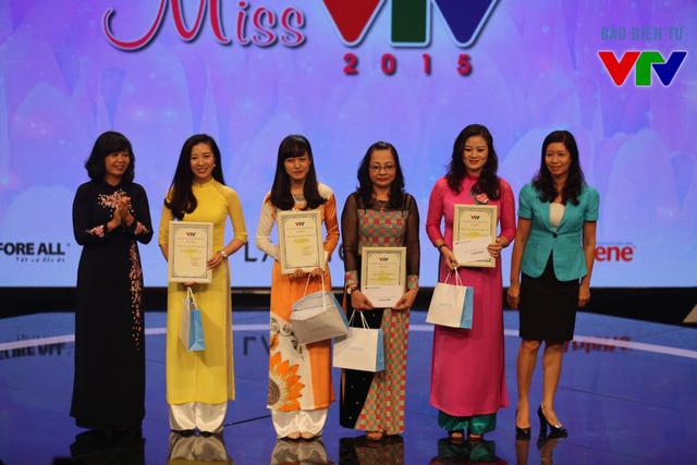 Phó TGĐ Nguyễn Thị Thu Hiền trao giải cho các thí sinh đạt giải A của Miss VTV.