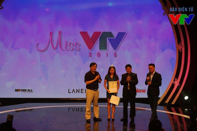 Phó TGĐ Phạm Việt Tiến và Phó TGĐ Nguyễn Thành Lương trao giải cho thí sinh Miss VTV 2015.