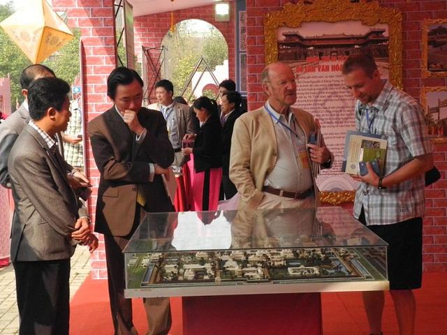 Các quan khách đang chiêm ngưỡng mô hình Cố đô Huế.