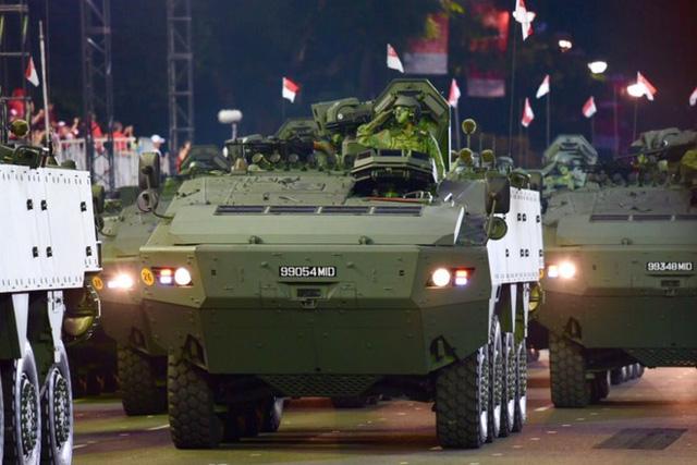 Các thiết bị quân sự cùng những binh sĩ trong lễ diễu hành