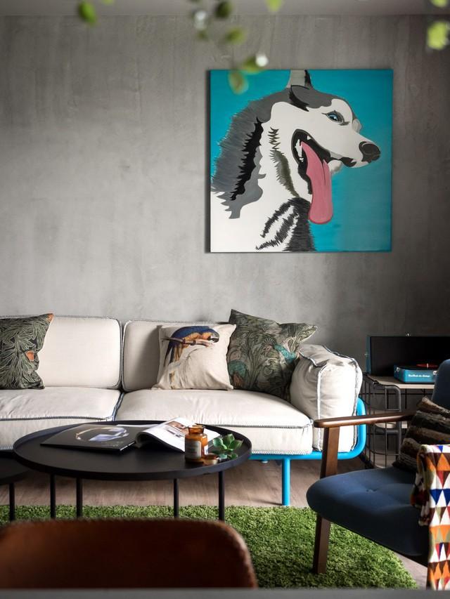 Bức tranh pop art là điểm nhấn khiến bức tường màu xám trở nên bớt nhàm chán