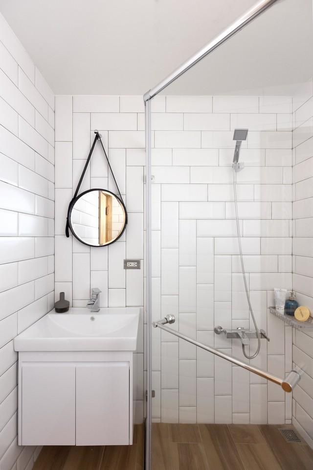 Tấm gương có thiết kế độc đáo là chi tiết nổi bật trong phòng tắm