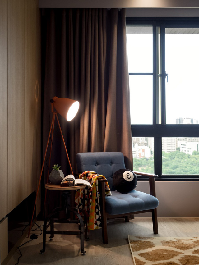 Trên chiếc ghế này, chủ nhân căn hộ vừa có thể thư giãn đọc sách, vừa có thể nhìn ngắm thành phố yên bình