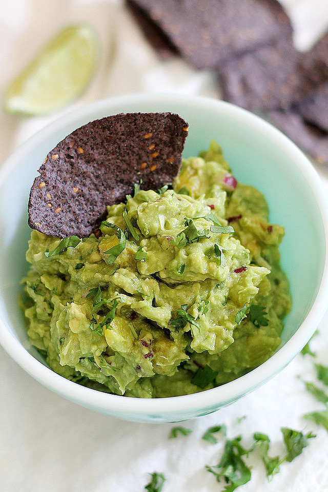 Salad tuyệt ngon mang hương vị nhiệt đới với bơ xay nhuyễn dạng kem, cùng bột dừa và dứa nướng.