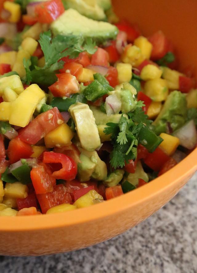 Loại salad mang đủ hương vị chua, cay, ngọt với dứa, bơ, cá nướng và khoai tây nghiền.