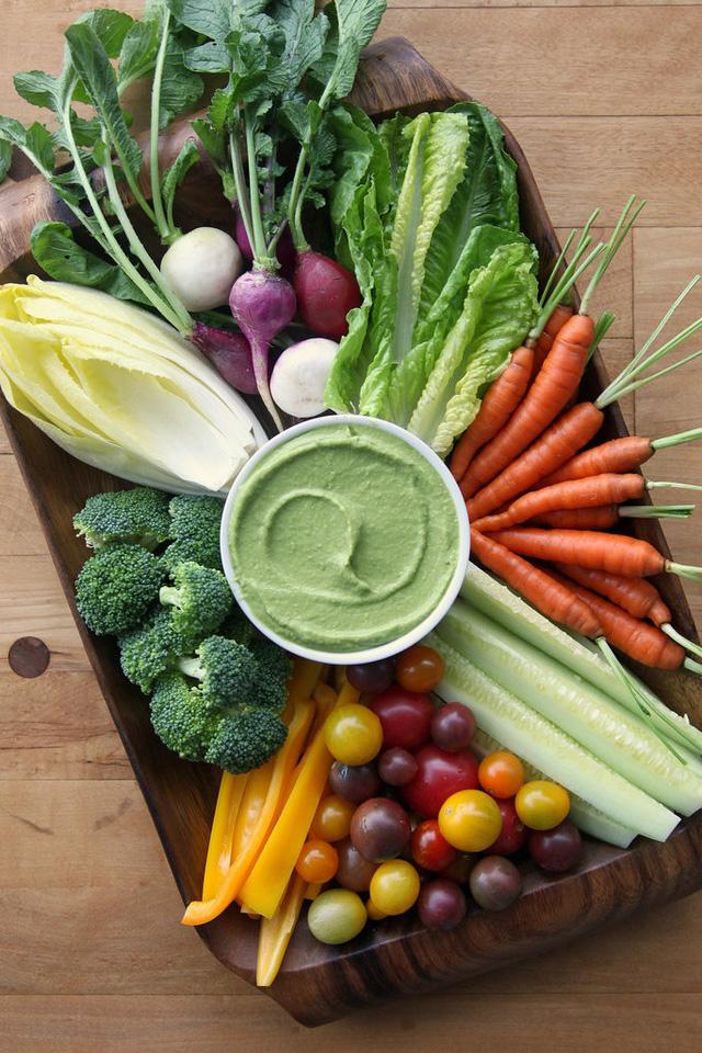 Sốt đặc biệt ăn kèm với rau, củ, quả theo kiểu Hy Lạp, được làm từ bơ và sữa chua.