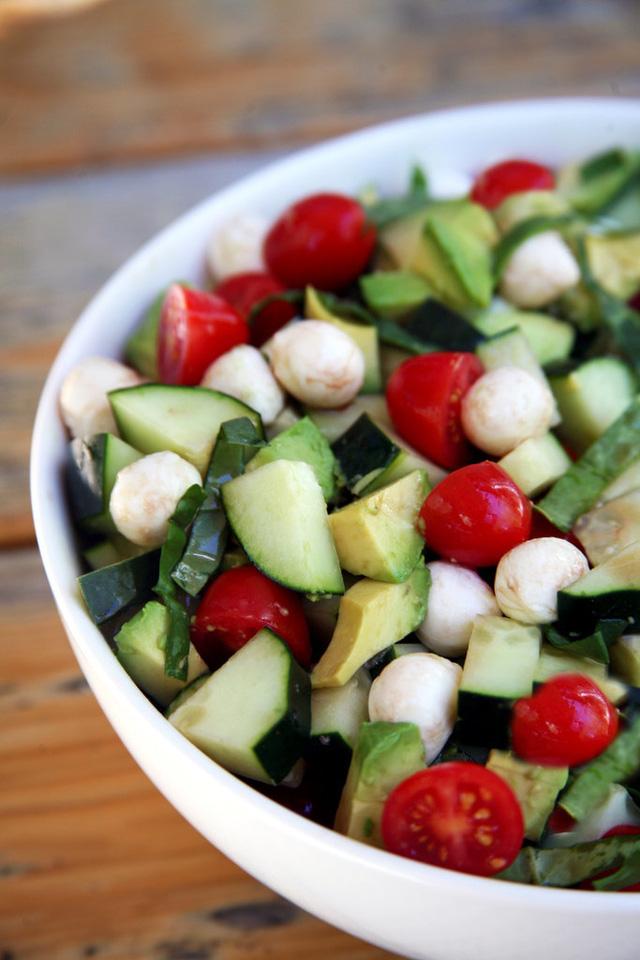 Salad ngon mát cho mùa Hè với cà chua, dưa chuột, bơ.