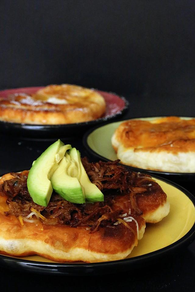 Bánh bột chiên giòn kiểu Mexico mang vị mặn của muối kèm với vị ngậy của bơ rất hấp dẫn.