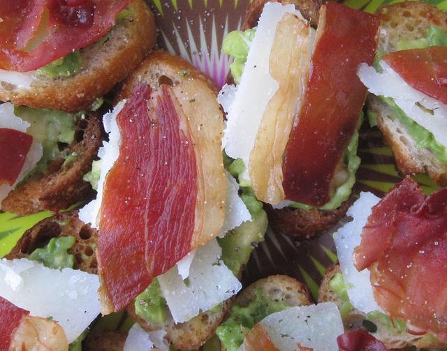 Thịt giăm bông Prosciutto lừng danh của Italy cũng ăn kèm được với bơ.