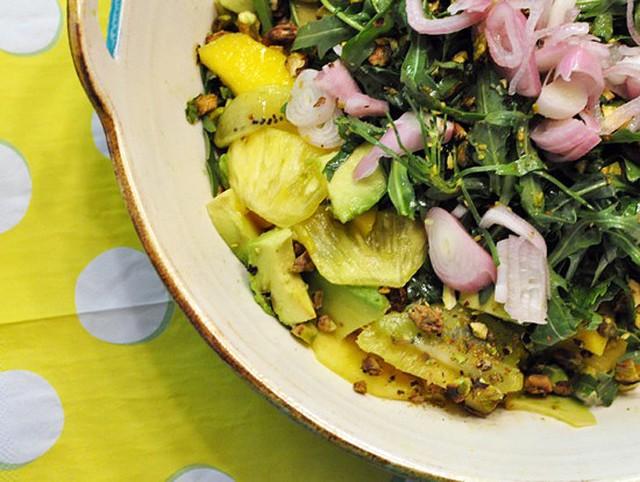 Salad trái cây nhiệt đới gồm hẹ, rau trộn, dứa, kiwi, bơ mang vị mặn và cay khá đặc biệt.