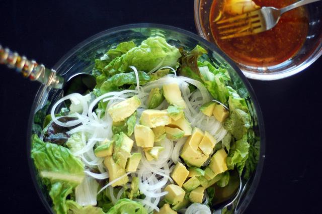 Loại salad rau đơn giản dễ chế biến nhất với bơ chỉ có rau cải, hành tây và bơ.