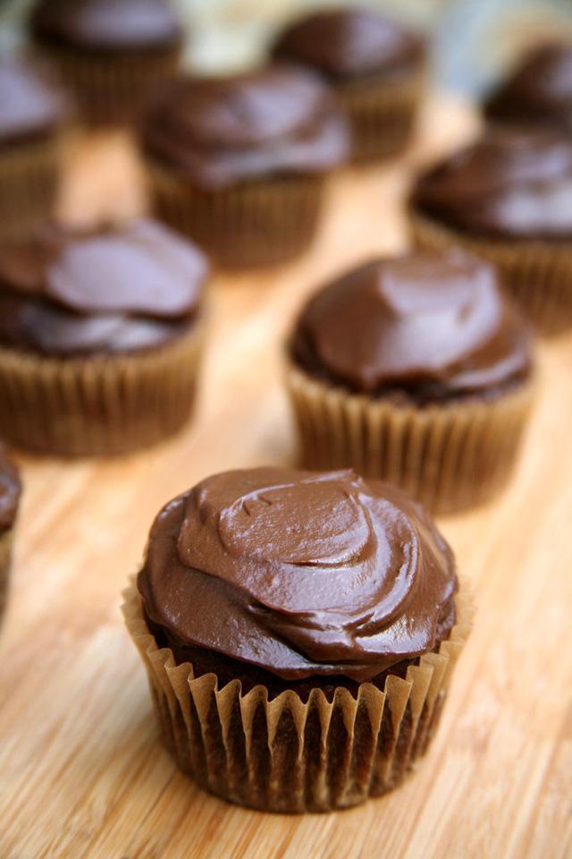 Cupcake được làm từ chocolate kèm với bơ xay sẽ mang hương vị thơm ngon đặc biệt hơn.