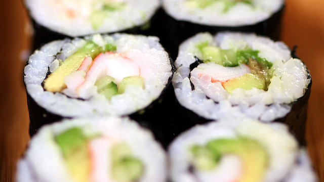 Bạn có thể tự làm món sushi với cơm, rong biển, thịt cua, dưa chuột và ít miếng bơ.