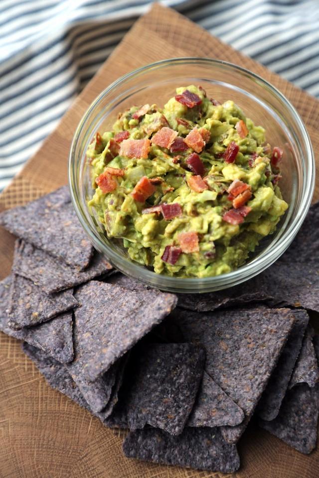 Guacamole - một loại salad phổ biến ở Mỹ - cũng có bơ xay trong thành phần món ăn, kèm với thịt xông khói.
