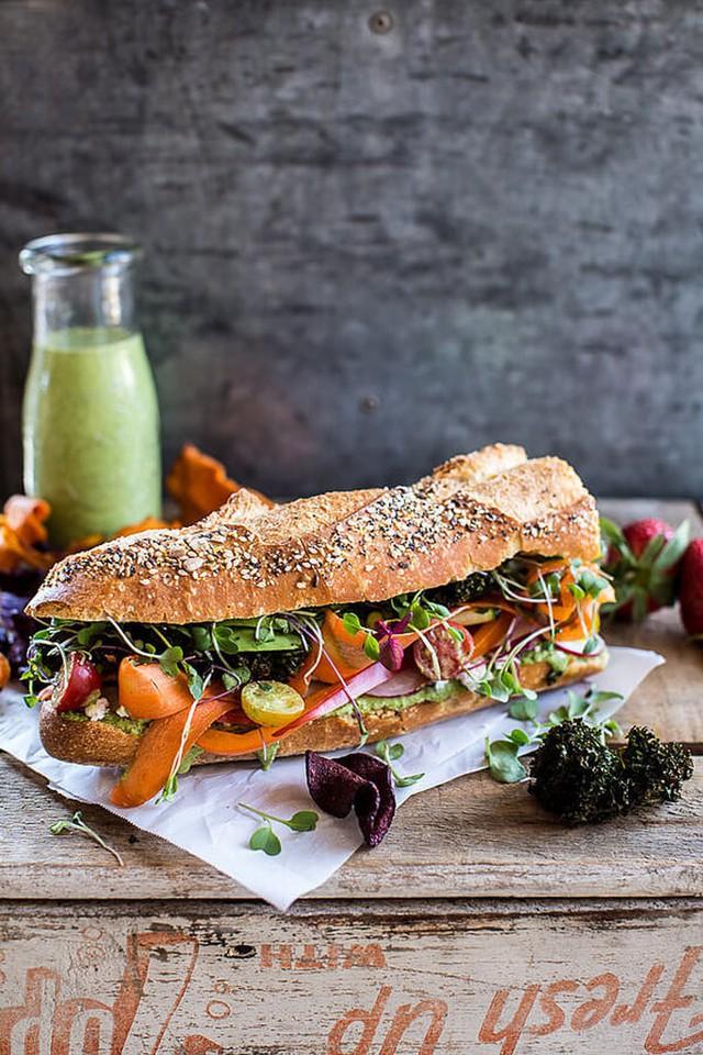 Bánh mì dành cho người ăn kiêng mà vẫn đủ dưỡng chất với rau, cà chua, dưa chuột, củ cải, ớt chuông, rau cải chíp và vài miếng bơ.