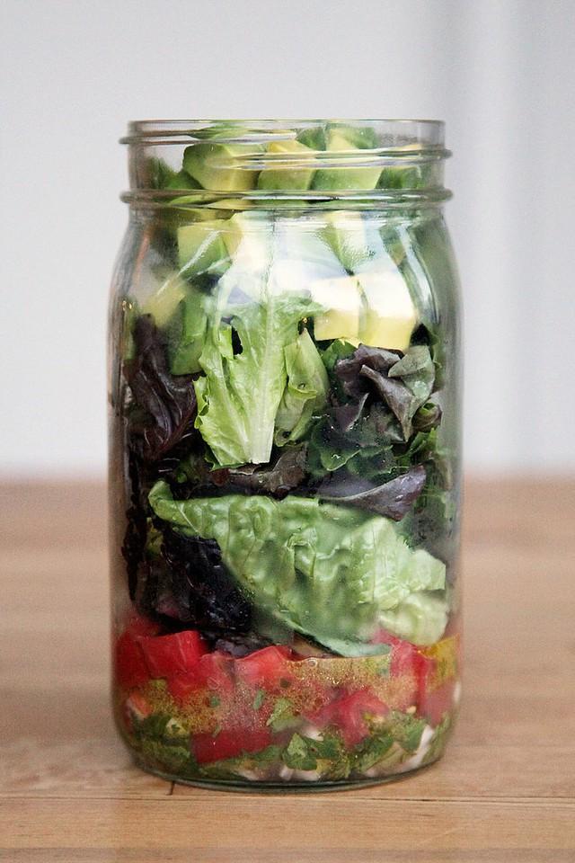 Salad rau hấp dẫn hơn với vài miếng bơ thơm ngậy.