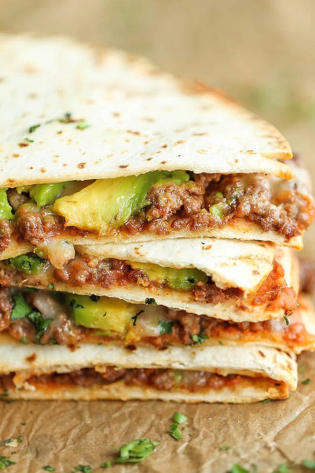 Bánh bột mì cuộn gà kiểu Mexico là món ăn tối tuyệt vời khi đi kèm với pho-mát và những miếng bơ.