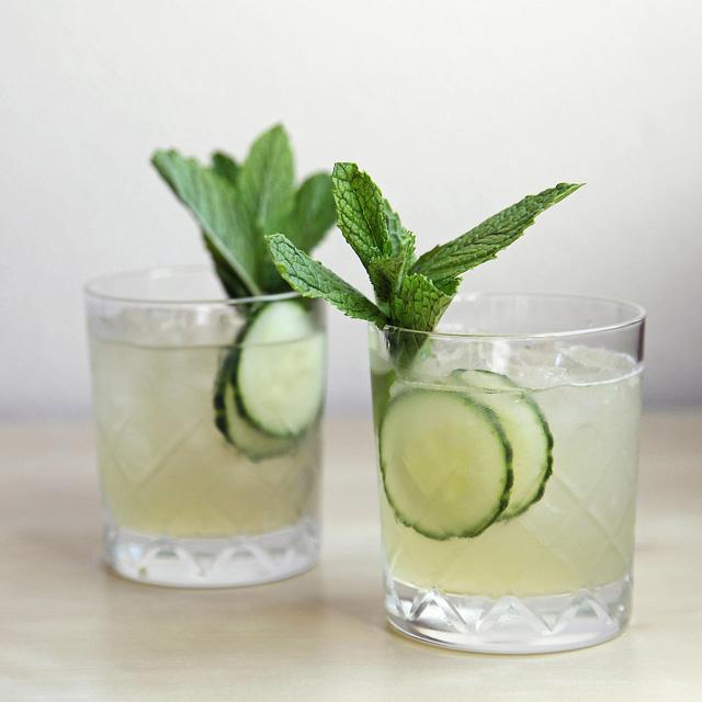 Ngày hè nóng bức tất nhiên không thể thiếu đồ uống. Nhâm nhi ly cocktail mát lạnh làm từ dưa chuột và bạc hà sẽ giúp bạn thấy vô cùng sảng khoái.