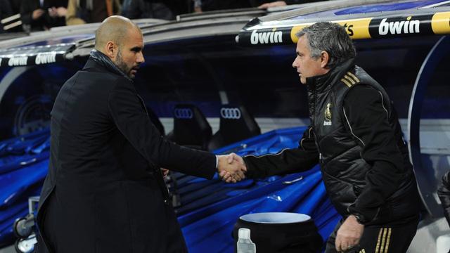 Hai HLV Guardiola (trái) và Mourinho sẽ dắt tay nhau tới thành Manchester?