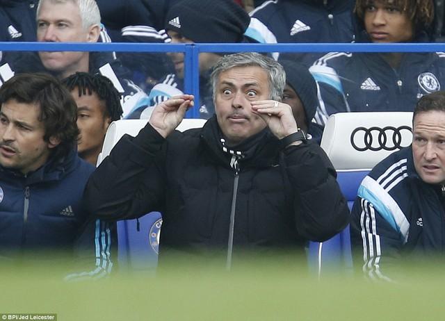HLV Mourinho dĩ nhiên không hài lòng với quyết định của trọng tài.
