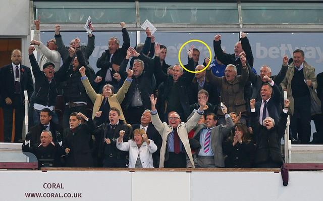 HLV Mourinho lặng lẽ rời sân Stamford Bridge phía sau nhóm CĐV West Ham đang ăn mừng chiến thắng.