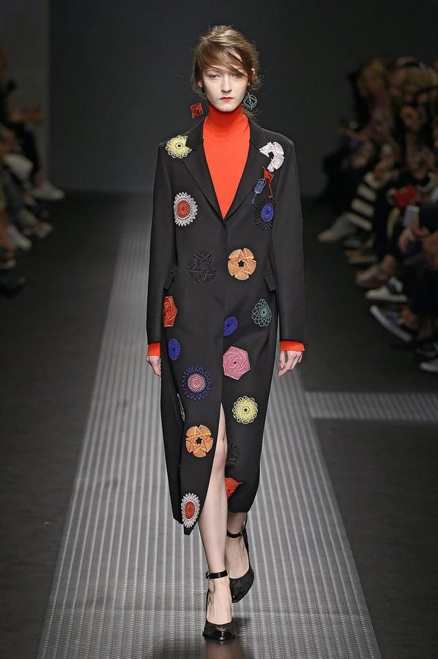Ở thiết kế mới của MSGM, họa tiết hoa được biến tấu mang phong cách pop-art và đậm chất hình họa.