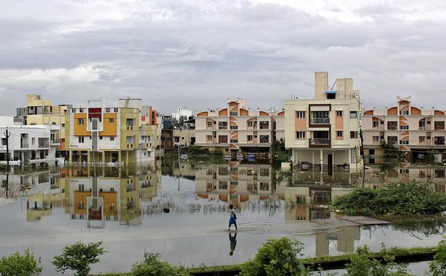 Khu vực dân cư bị nước lũ. Các chuyên gia thời tiết trận mưa lớn 3 ngày qua đã gây ra ngập lụt ở nhiều nơi.